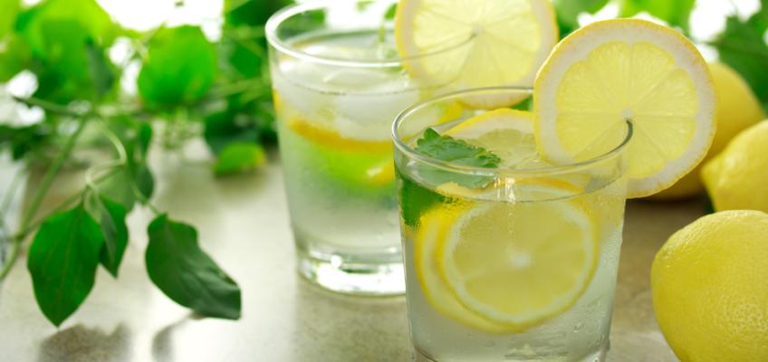 Какой толк от воды с лимоном, польза, вред, почему стоит пить воду с лимоном