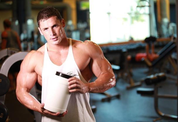 банка протеина в руках у мужика